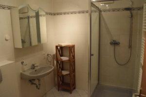 Anschließend kommen wir zu unserem modernen, freundlich hellen Badezimmer mit Duschbad